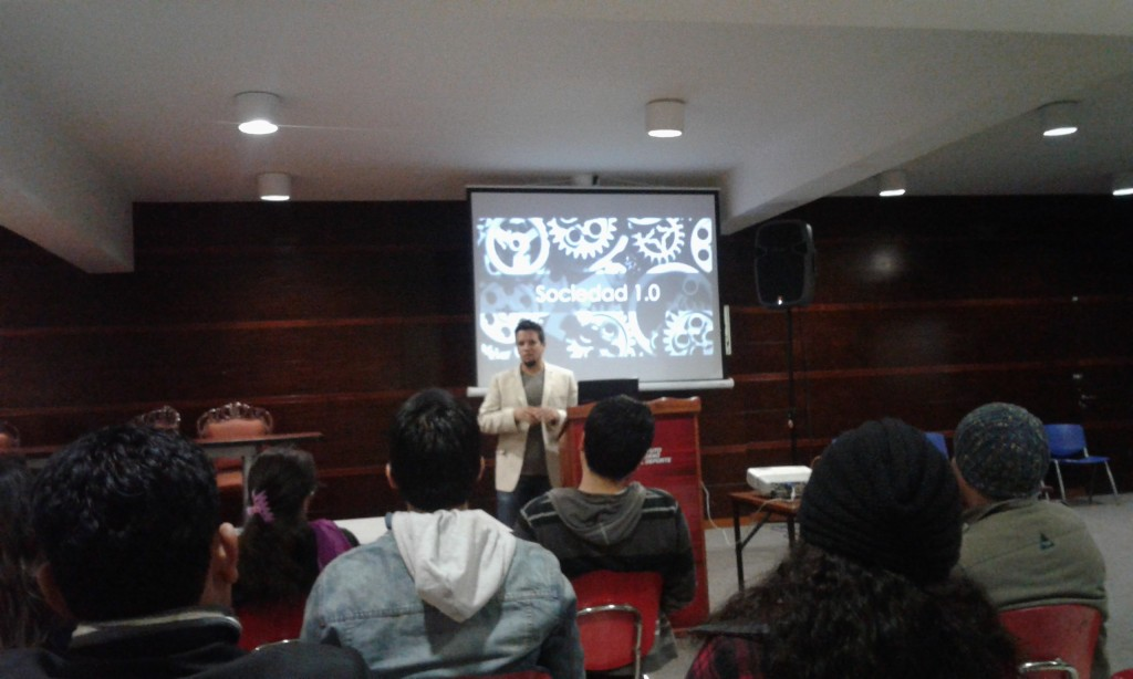 Daniel Navarrete abre el evento discutiendo algunas perspectivas para situar en contexto.