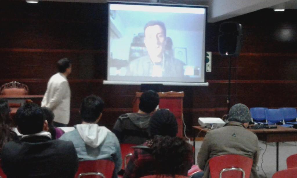 Ismael dando la bienvenida y motivando a los participantes.